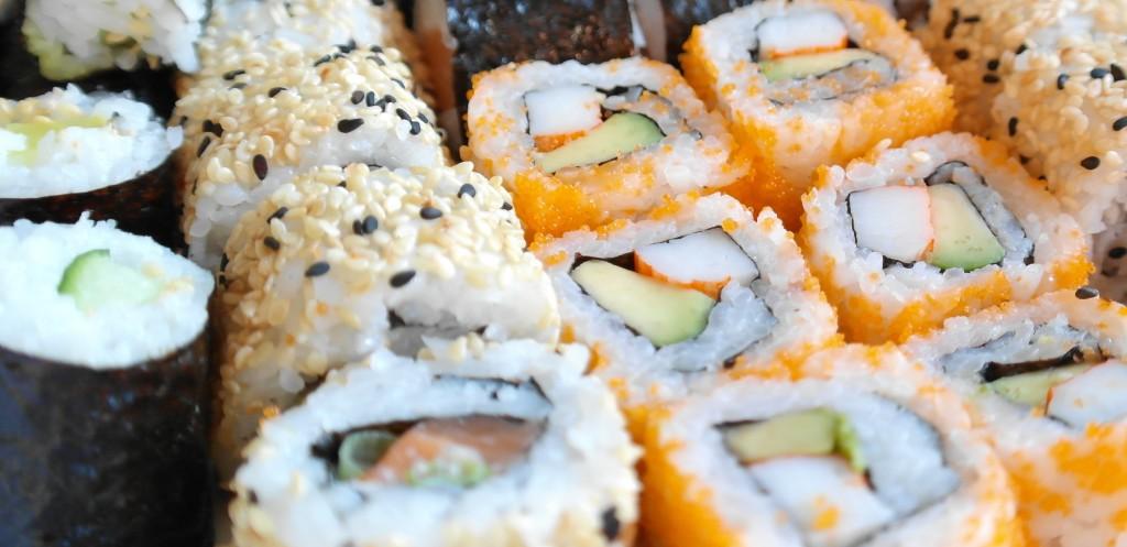 Variedades de sushi: Maki, Hosomaki, Uramaki, Futomaki, Temaki, Nigiri, Gunkan, …