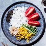 Ensalada de fideos shirataki con aliño de sésamo negro dulce