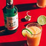 Cocktail de soju con pulpa de albaricoque y lima